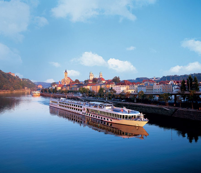 Booming River Cruise Industry
